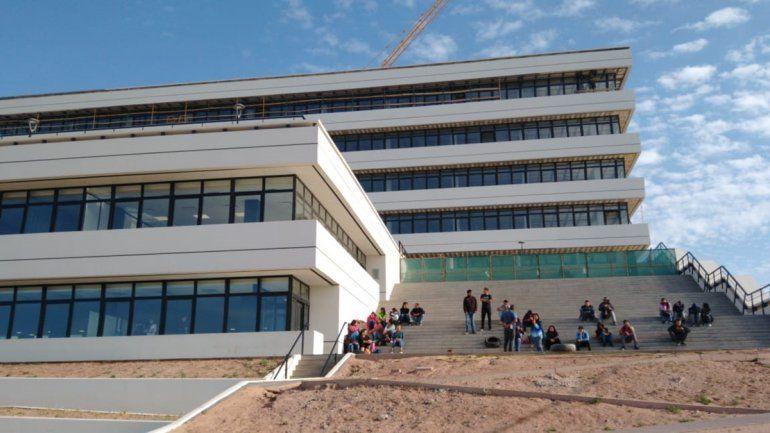 Desocupados reclaman trabajo en las escalinatas de la Municipalidad nueva.