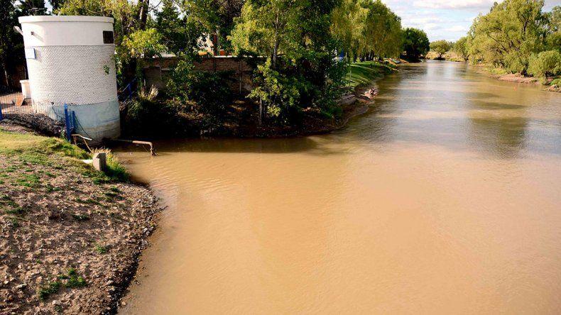 Garantizan potabilidad en el agua del Limay, pese a la turbiedad