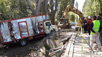 tras dos dias, lograron rescatar el camion que habia caido al rio