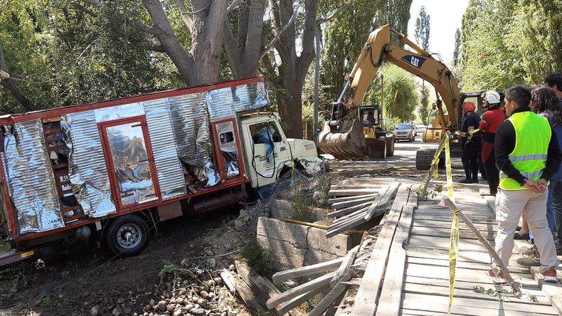 Tras dos días, lograron rescatar el camión que había caído al río