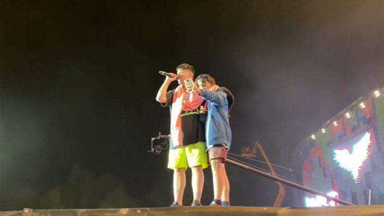 Duki le cumplió el sueño a un fan que subió al escenario a sacarse una selfie