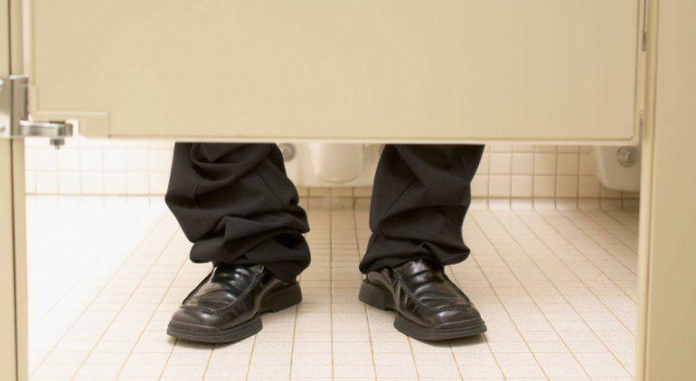 ¿El hombre debería orinar sentado por una cuestión de salud?