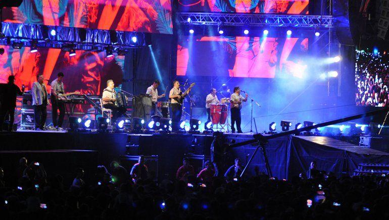 Los Palmeras en el escenario de la Fiesta de la Confluencia
