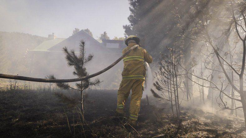 San Martín: evitaron que un incendio en el bosque alcance una vivienda