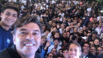 Juan Ramírez, uno de los chicos neuquinos del Beach Handball, aparece en la selfie del Muñeco.