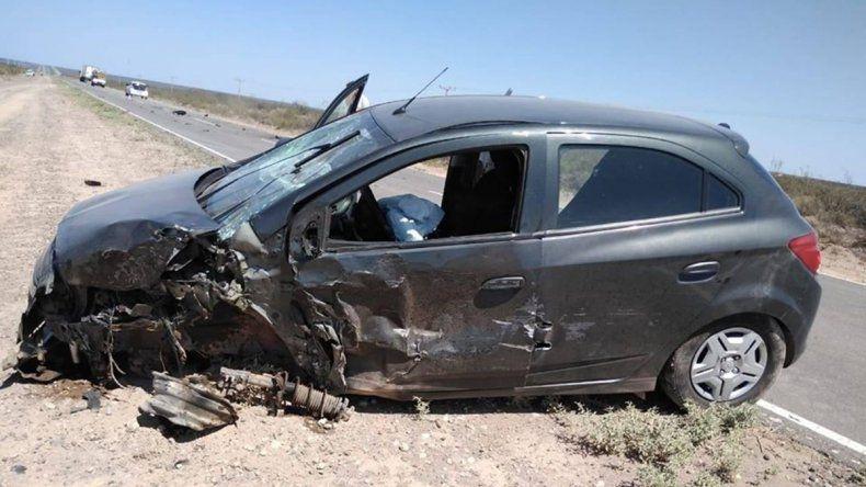 Ruta 151: quisieron esquivar un pozo y chocaron con un camión