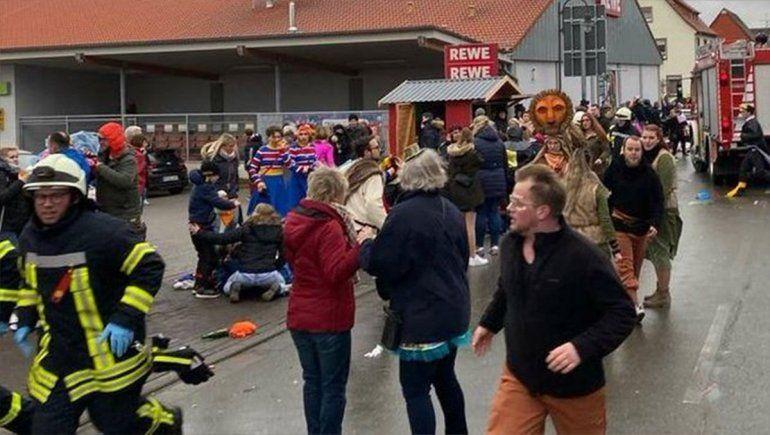 Embistió a una multitud y dejó un saldo de 15 heridos