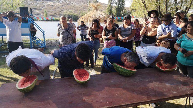 Bajada del Agrio: el extraño concurso comesandías que se llevó la atención de todos