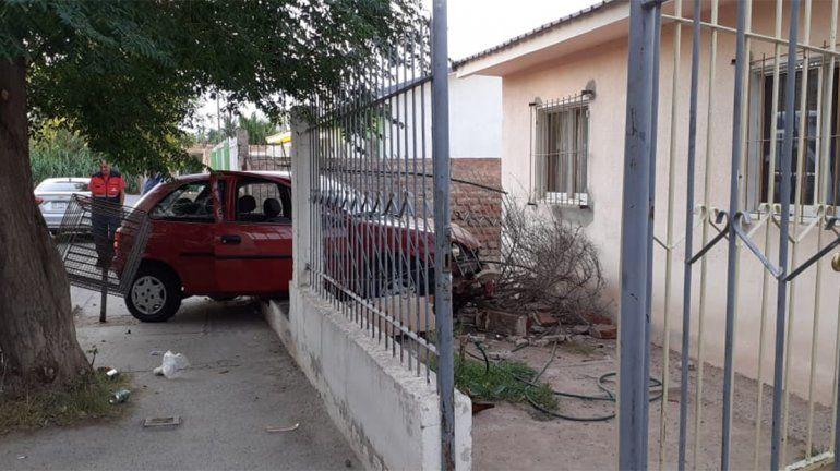 Borracho y sin licencia, incrustó su auto contra una vivienda