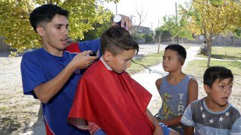 ¡golazo de tijera!: les corta el pelo gratis a los chicos