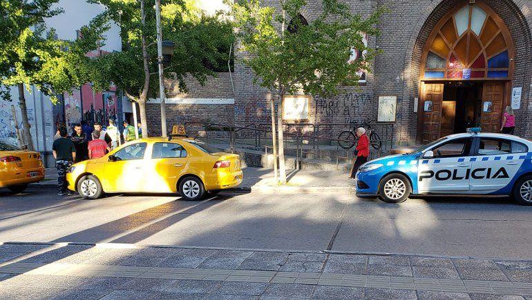 Robó en un taxi y salió corriendo: lo atraparon frente a la Catedral