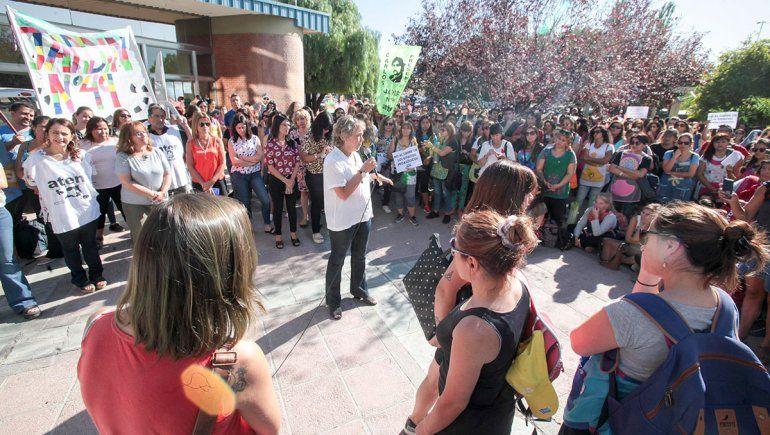 La ministra Cristina Storioni habló frente a todo el conjunto docente que reclamó en el CPE.