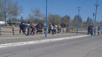 bloquearon acceso a la refineria en plaza huincul