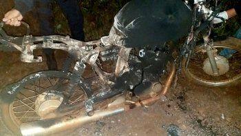pisaron un cable con la moto y murieron