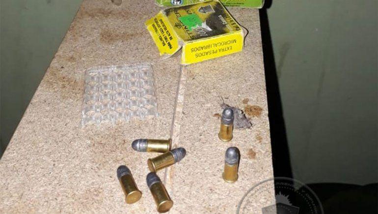 En un allanamiento se secuestraron municiones, armas y droga.