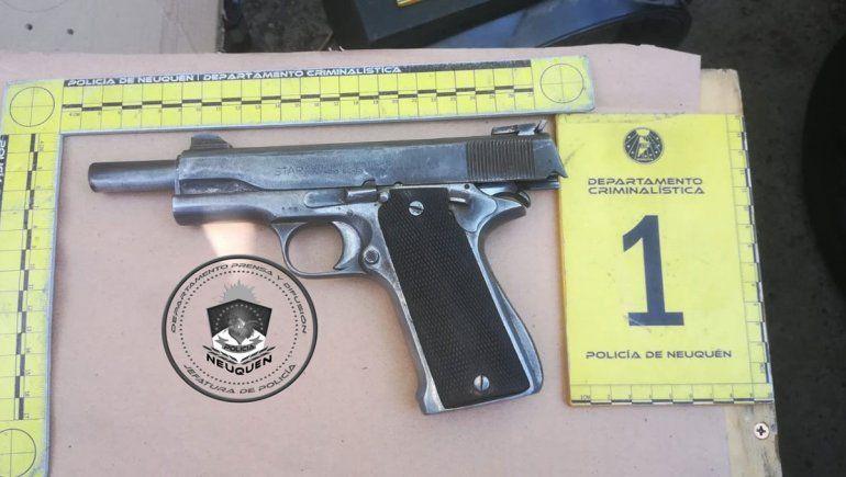 La Policía secuestró un arma, droga y dinero en efectivo.