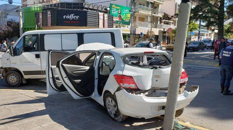 Una herida en un choque entre una camioneta y un auto en Avenida Argentina