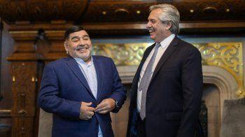 Maradona en un viejo encuentro con el presidente.