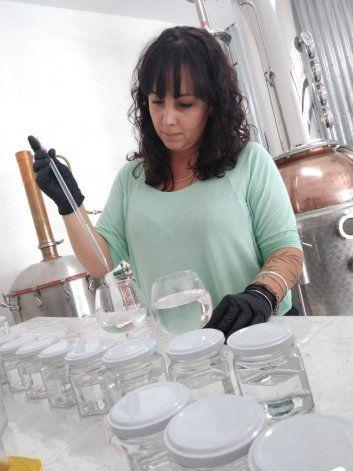 Destilería neuquina de gin dona alcohol para elaborar gel
