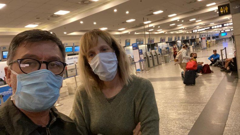 La pareja neuquina en uno de los aeropuertos.