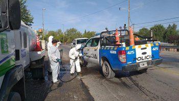 desinfectan casas, veredas y hasta los taxis en centenario