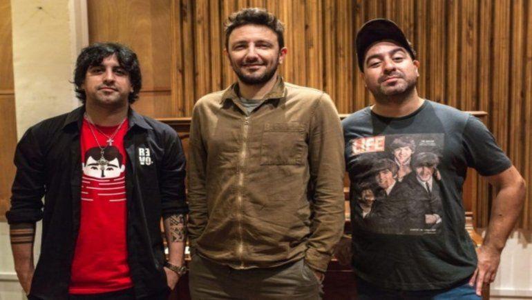 Juan Pablo y Julio Sierra junto a Emiliano Brancciari, cantante de la banda No Te Va Gustar.