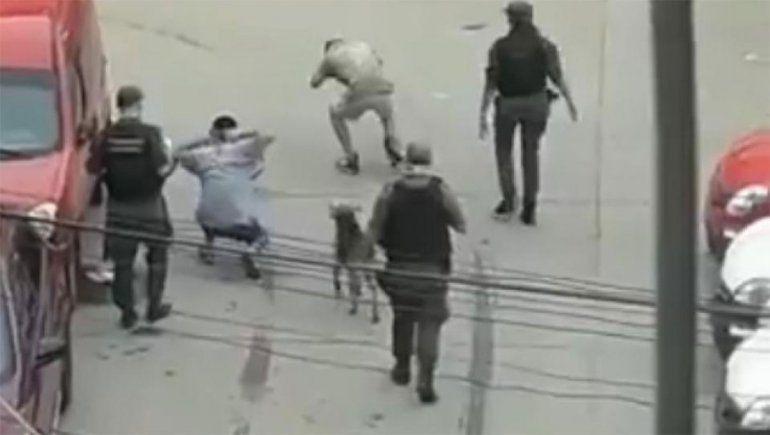 Separan a tres gendarmes por bailar a dos jóvenes que violaron la cuarentena