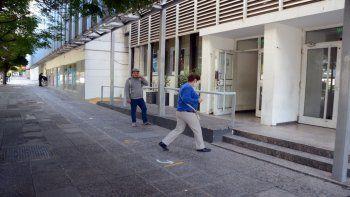 los bancarios quieren un bono extra para volver a trabajar