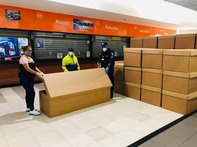 Los ataúdes de cartón fueron donados para los familiares de las víctimas.