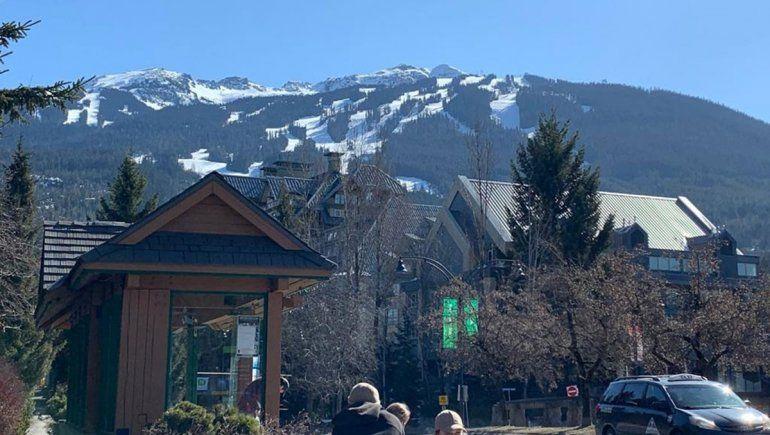 Parada de colectivo en Whistler, con las montañas de fondo.