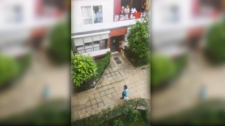 Así reciben en España a una vecina que sobrevivió al coronavirus