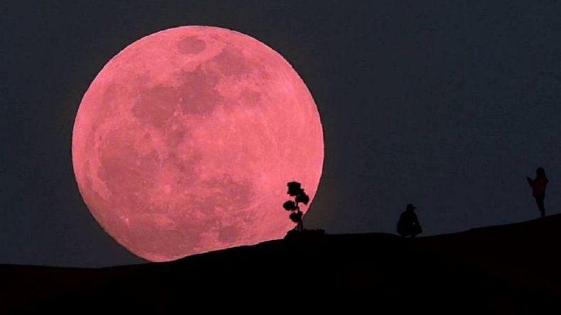 Esta noche podrá verse una super luna rosada que será la única del año