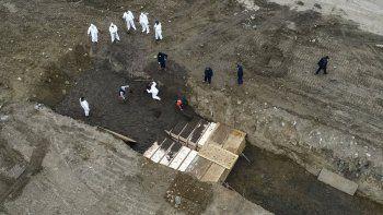 nueva york entierra a sus muertos de coronavirus en fosas comunes