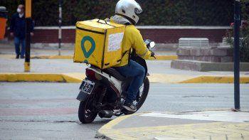 Le apuntaron con un arma a una delivery y le robaron la moto