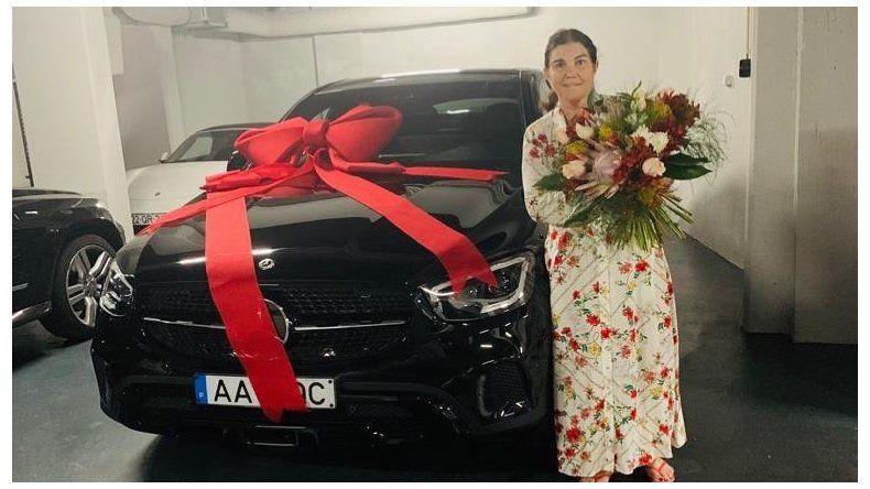 La madre de Cristiano Ronaldo posa con el regalo que le hicieron sus hijos durante la celebración del Día de la Madre.