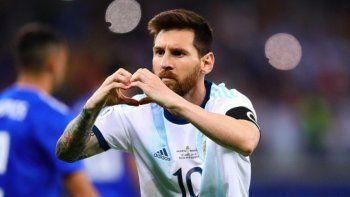 ¡Messi corazón! Gran gesto de Lionel.