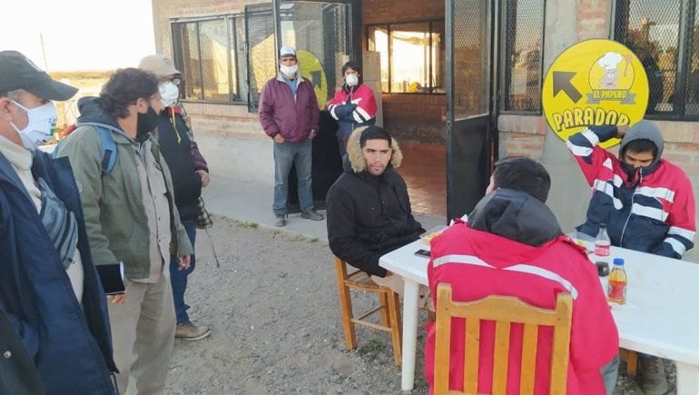 Con barbijos, los mineros esperan respuestas en Arroyito.