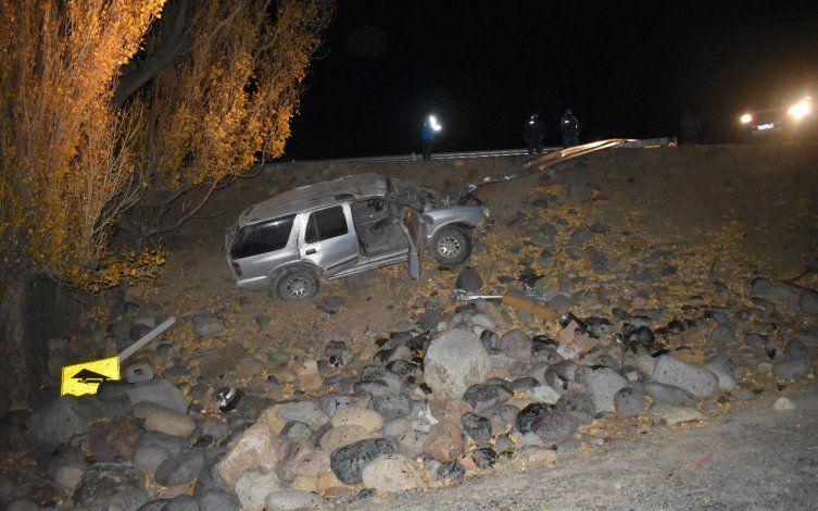 Accidente fatal: un hombre perdió el control de su camioneta y volcó sobre la barda