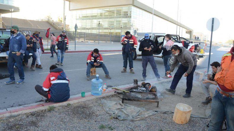 Un grupo de mineros cortan la Ruta 22 mientras el otro está en Ciudad Judicial