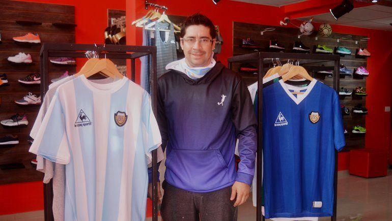 Ariel dentro de su local, entre dos camisetas históricas del selecionado argentino.