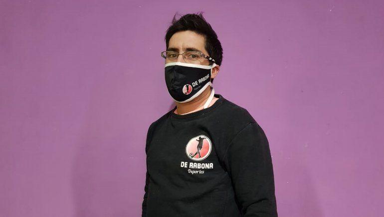El campeón que se reinventó en Rincón: hace tapabocas con su marca propia