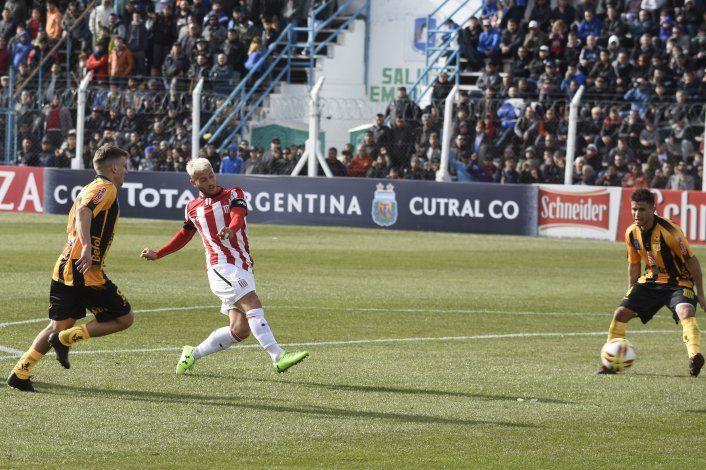 Gata Fernández en un partido del Pincha en Cutral Co por la Copa Argentina.