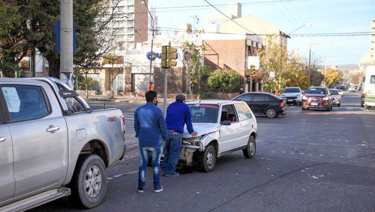 Un conductor resultó herido tras el choque de dos vehículos en pleno centro
