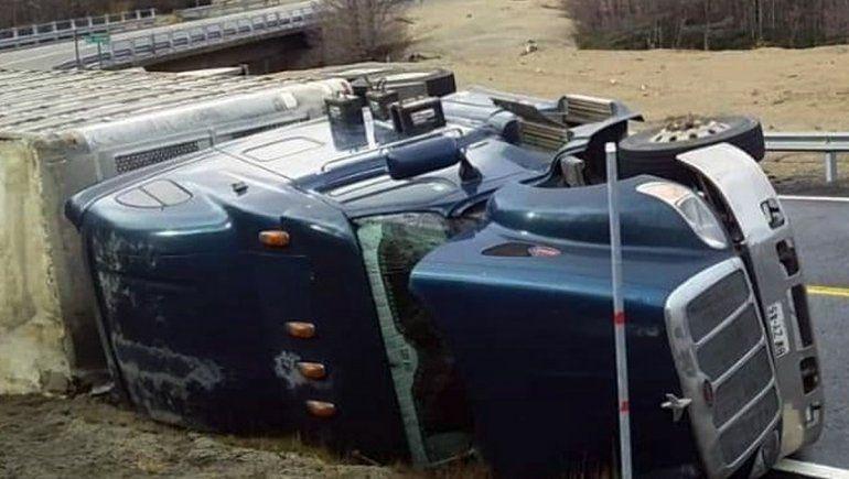Paso Samoré: volcó un camión chileno que transportaba animales