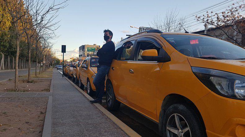 Con la caída de los viajes, los taxistas la tienen que remar