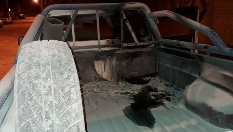 Afiliados de la Uocra atacaron una camioneta de la empresa.