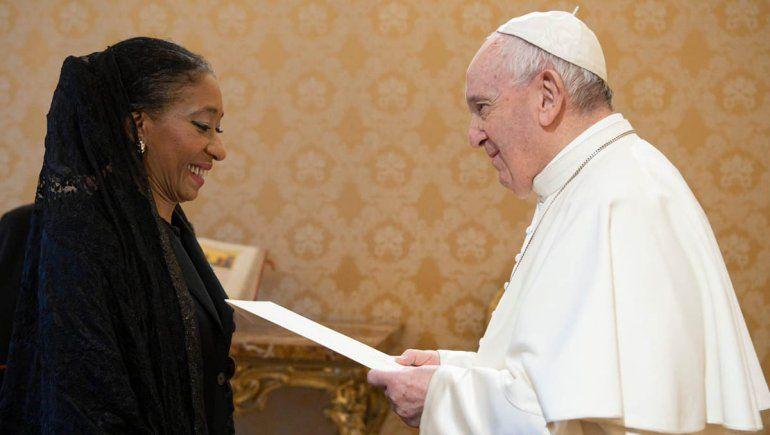 Quién es la mujer que representará al país ante el Vaticano