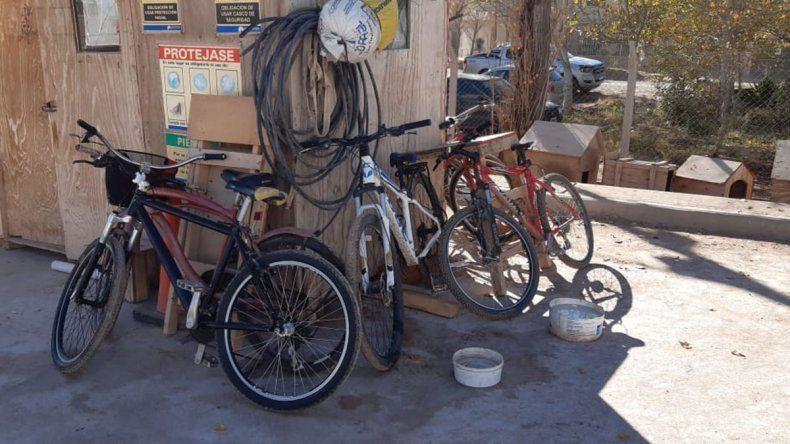 La obra privada se mueve en moto y en bici en la ciudad