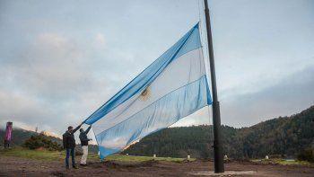san martin celebro el 25 de mayo con gran bandera a orillas del lacar