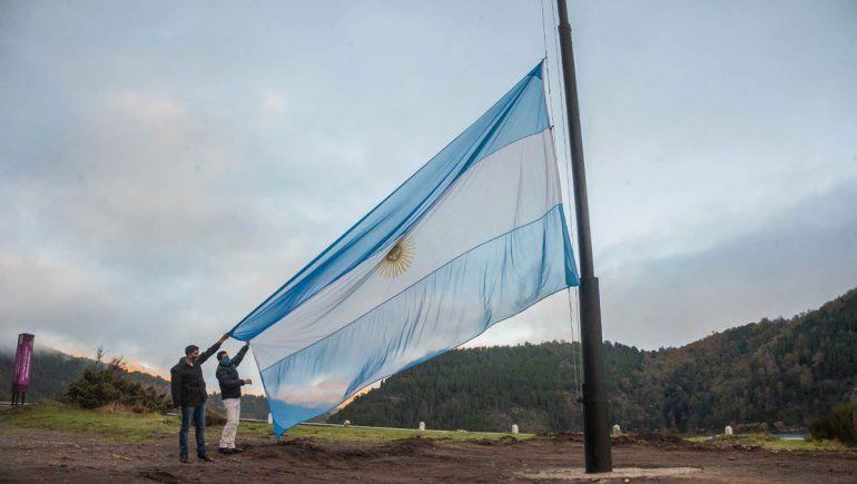 San Martín celebró el 25 de Mayo con una gran bandera a orillas del Lacar